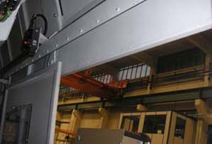 Sliding magazine doors in machine tools or machining centres