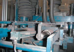 Filling-shoe mechanism in a compaction unit