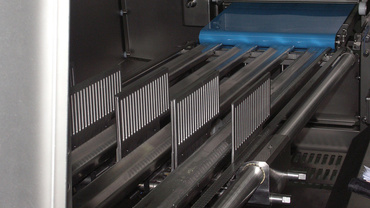 Linear stroke of the pre-gripper for feed of the product to be sliced. In this regard, soft stainless steel shafts and linear films of the JUM-10-40 series are used.